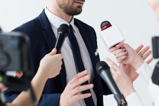 政治的メッセージを発信するビジネスで権力批判や権力養護、利点・問題点を考える